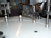 Automatic feeding of crimp caps in a linear capping machine